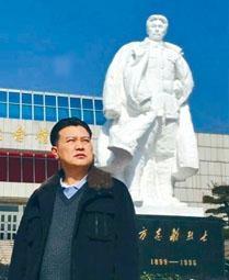 方華清在方志敏紀念碑前。