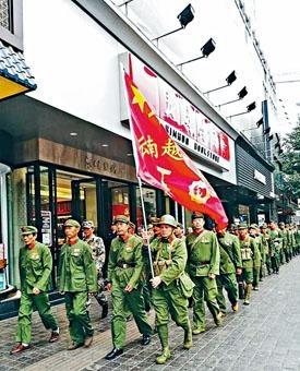 ■《芳華》在昆明上映當日,雲南參戰老兵列隊集合觀影。
