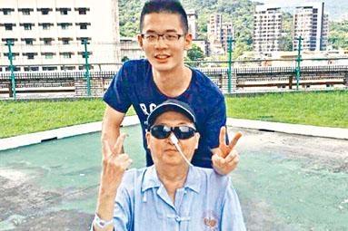■今年五月,患病的李敖和兒子李戡的合照。