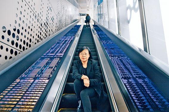 《2017港深城市\建築雙城雙年展(香港)》總策展人陳麗喬博士,兩旁為設計師Benjamin創作的《城‧廓SHADOW》展品。
