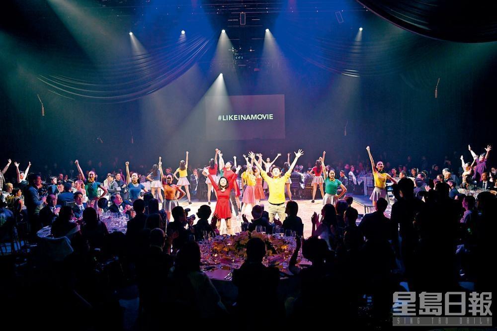於演藝學院舉行的年度籌款舞宴《LIKEINAMOVIE》,整所歌劇院搖身變成製片廠,澳門演藝學院和香港演藝學院學生首次攜手合作演出。