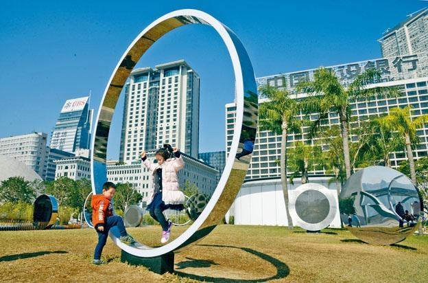 小朋友在梳士巴利花園藝術廣場的《大觀圓》穿梭蹦跳,玩個不亦樂乎。