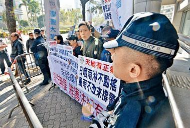 ■「撐警大聯盟」成員高叫「朱經緯執法有理」等口號。