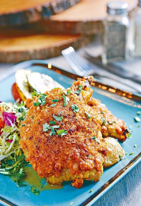 惹味非洲雞伴慢烤番茄沙律,非洲雞帶辣勁,醬汁濃郁惹味,配特製的番茄沙律,有助解辣。