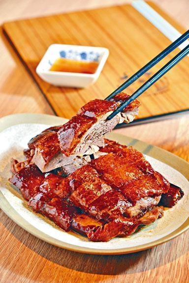 深井燒鵝例牌,店內自設烤爐明火烤製,燒鵝外皮香脆鬆化,肉質肥美厚實,可蘸上少許酸梅醬品嘗,風味更佳。