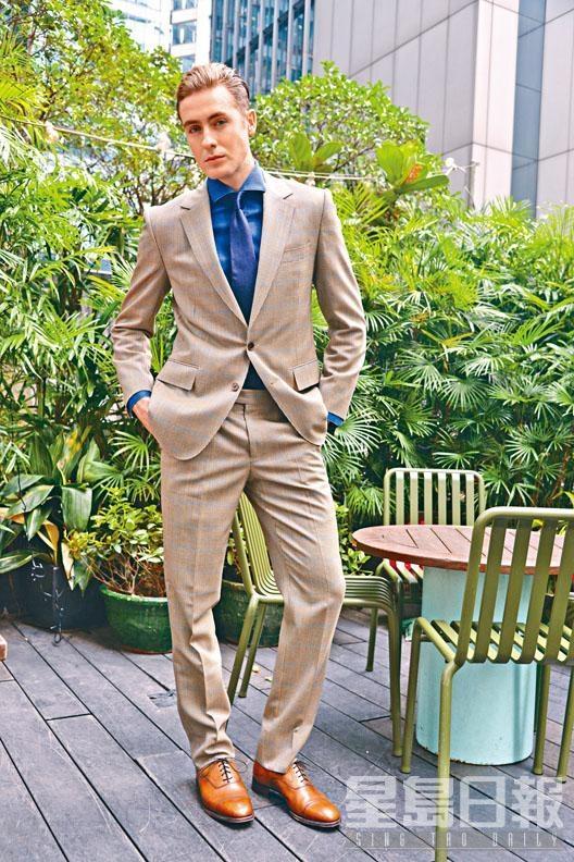 褐色千鳥格紋羊毛西裝、軍藍色純棉恤衫、真絲領帶。