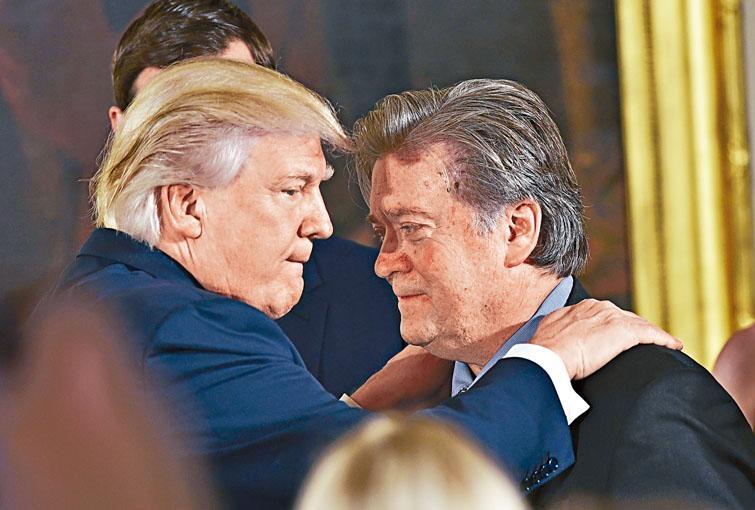 班農去年一月宣誓就任白宮首席策略師後,特朗普上前祝賀他。