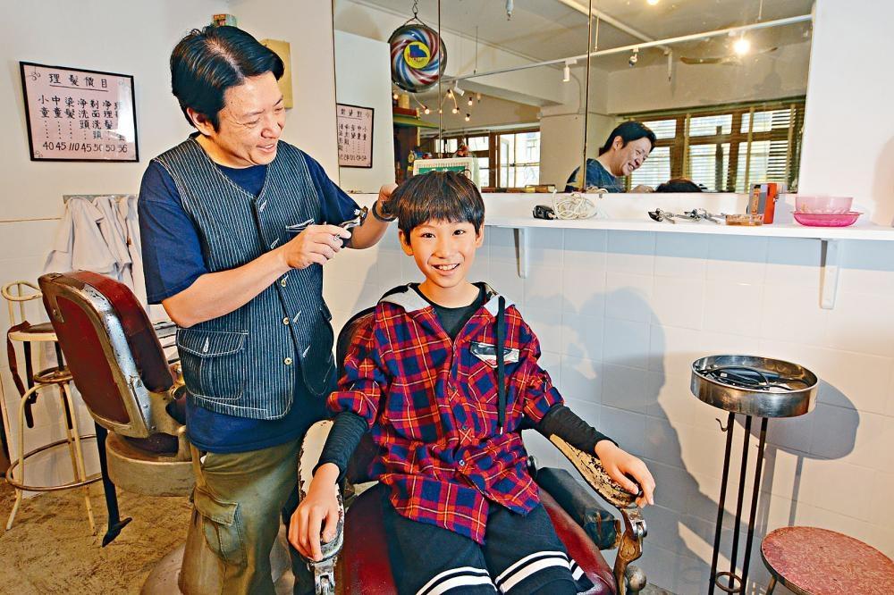 在舊懷理髮店內剪髮。