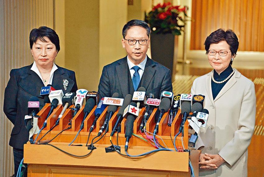 ■袁國強(中)以私人理由辭去律政司司長職務,接棒的鄭若驊(左)則表示,「為香港服務是一份榮譽,亦是一個挑戰」。