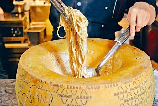 ●大廚將意粉放入原個巴馬臣芝士內快炒,意粉沾滿芝士,香濃惹味。