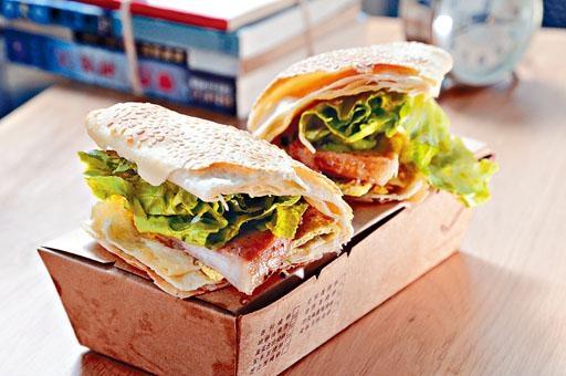 豬排蛋燒餅,香脆燒餅配上厚切豬排、蛋餅及生菜等,中西合璧,極受歡迎。