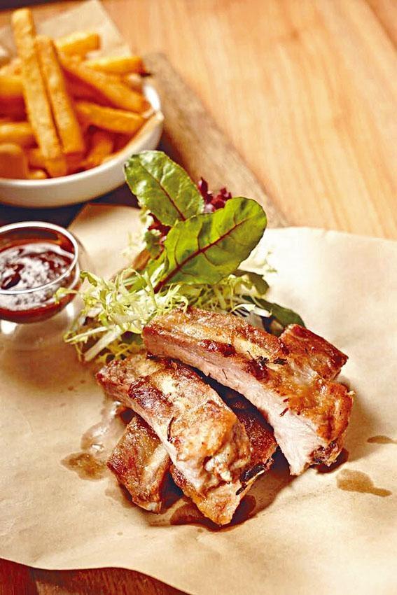 黑毛豬豬仔骨選用頂級Bellota黑毛豬,先烤後燒,伴燒烤醬及炸番薯條享用。