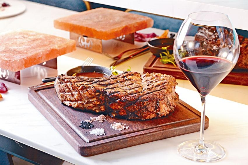 Australia Grain Fed Black Angus-Dry Aged Bone in Rib Eye,風乾三十天的牛排肉味濃厚,肉質細嫩。