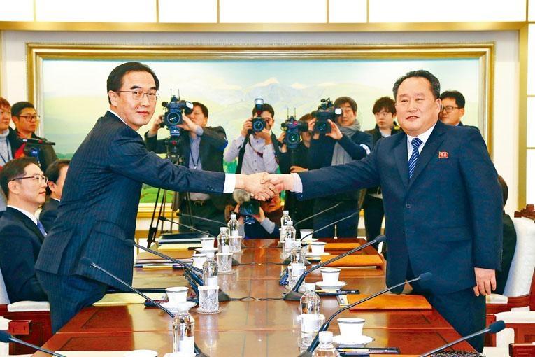 南韓代表團團長趙明均與北韓團長李善權周二在會談前握手。