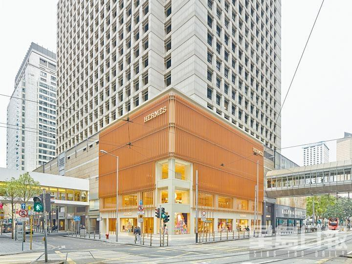 Hermès全新旗艦店,位於中環遮打道10號置地太子。包圍店外的幕牆,正是採用長達八公里銅色鋁合金製成長方形「竹管」所拼砌的垂直「竹幕」,而高達五米的藝術裝置,則設於雪廠街及德輔道交界的最大櫥窗之中。