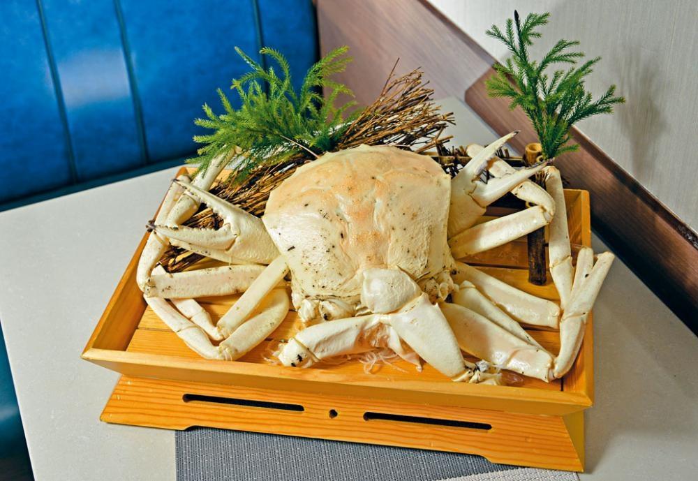 清蒸澳洲水晶蟹體形巨大,肉質結實,吃得十分過癮。