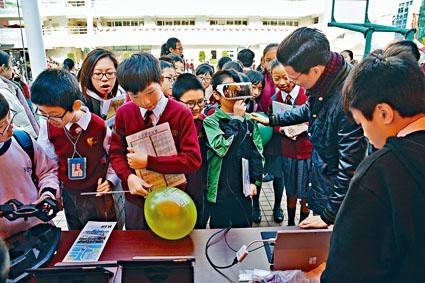 中華基督教會創會百周年聯校資訊日共有五十六個攤位,學生除了能夠獲得校園資訊,還可以體驗各校的教學活動,例如虛擬實境體驗。