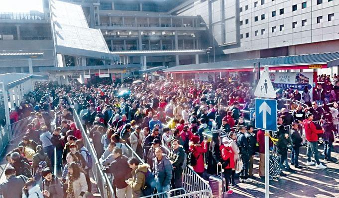 ■受東鐵故障影響,落馬洲的士站擠滿等候的士乘客。
