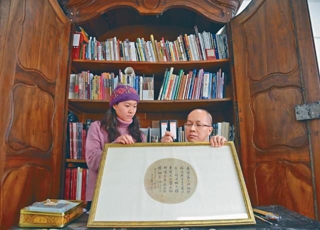 ■「古董醫生」陳大成(右)與助手兼徒弟楊怡輝。