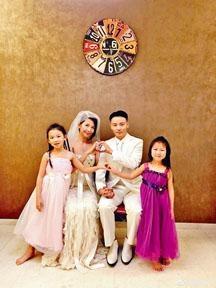 ■張晉與蔡少芬結婚10周年,與兩名女兒影全家福。