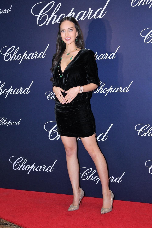Jessica C.仍未見肚,所以穿上低胸短裙高跟鞋出席活動時也不似孕婦。