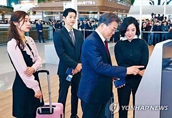 ■宋仲基與金妍兒(左)陪同總統文在寅出席揭幕活動。