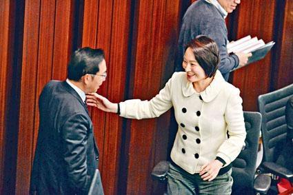 ■李慧琼(右)表示,過往未有傳召官員到內會交代非公務事宜的先例,決定不會召開特別會議跟進。