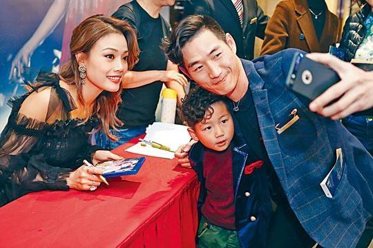 ■容祖兒在深圳東海繽紛天地舉行《My Secret Live》Blu-Ray簽名會,並應要求自拍合照。