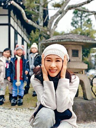 ■3個女兒在後面排排企,黎姿笑得好燦爛。