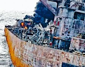 ■搜救人員冒險上船取「黑盒」。