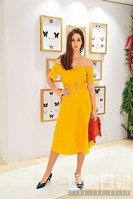 Maje黃色露肩綴拉鏈裝飾連身裙、橙色綴流穗裝飾手袋。