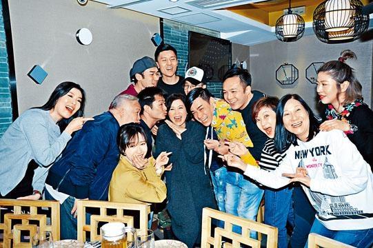 龔嘉欣與《平安谷》演員同賀蘇玉華生日。