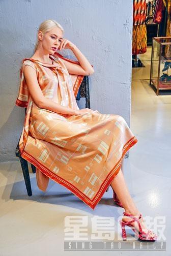 拼色印花圖案連身裙、桃紅色絲絨搭帶高跟涼鞋。