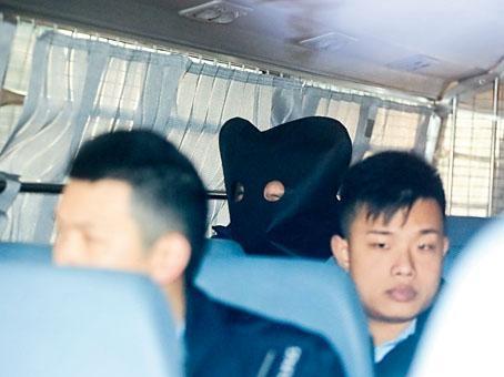 被控謀殺妻兒的韓國商人,被蒙頭押上法院應訊。