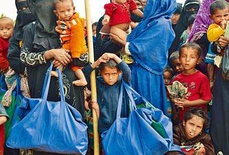 羅興亞人在孟加拉難民營輪候食物。