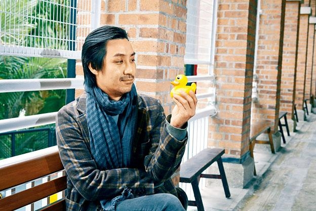 盧智燊與黃色小鴨,對望而笑。