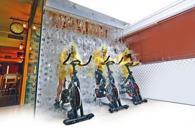 好玩Party Room迎新歲  濕身單車合作水戰