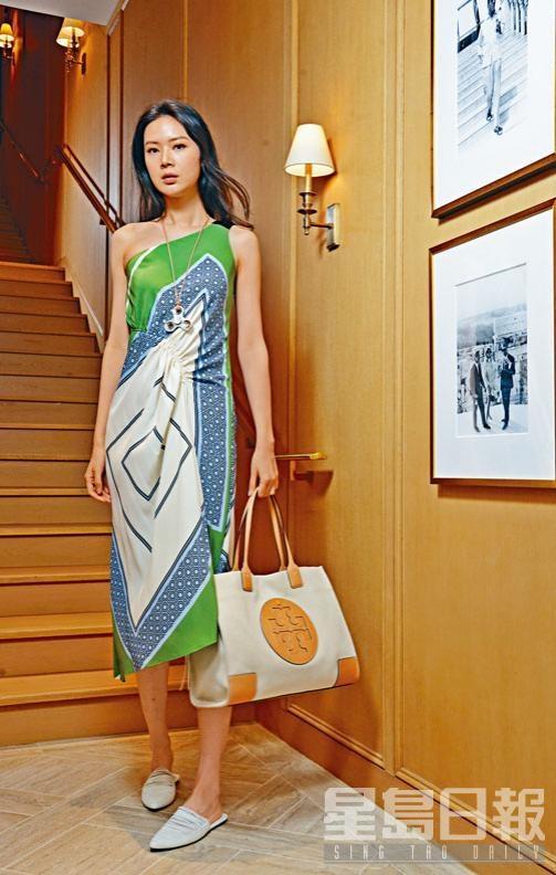 拼色幾何圖案單膊Sloane Dress、白色尖頭Sienna Flats、Logo Spinner皮繩項鏈、皮革綑邊拼帆布Ella Tote Bag。