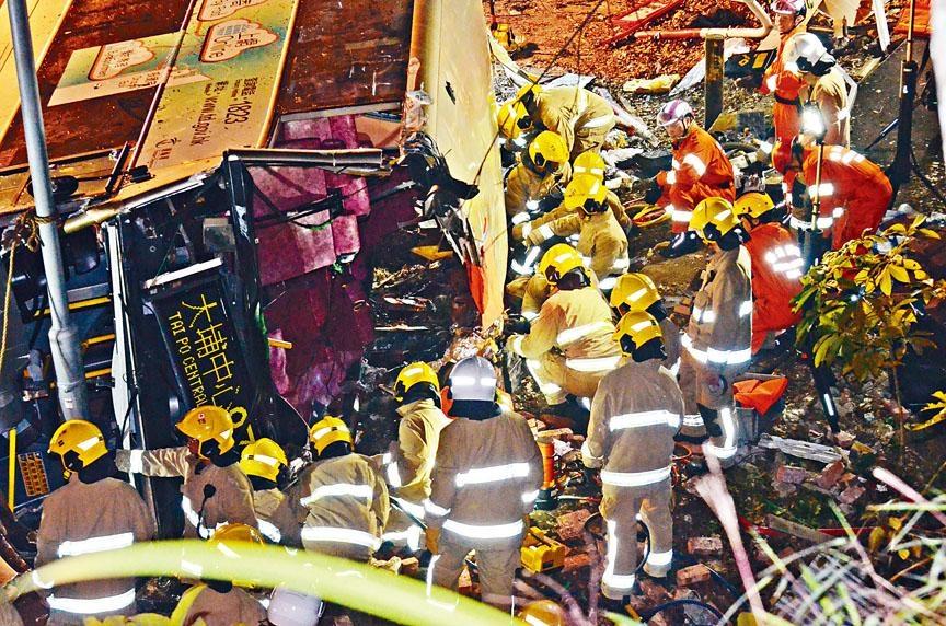 ■雙層巴士在大埔公路翻側造成嚴重傷亡,消防人員火速到現場展開救援工作。