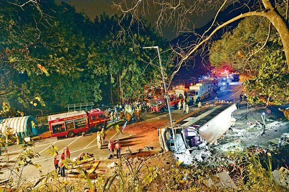 ■九巴疑高速轉彎翻側後,大批救援人員趕至現場搶救被困乘客。