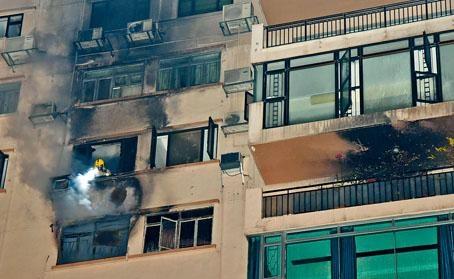 ■義德道豪宅失火,冒出大量濃煙,消防員調查起火原因。