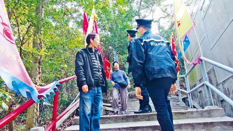 ■柴灣驚現掩口怪客,警方昨日加強巡邏及向街坊查問。
