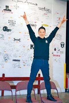 學友到美國開騷,並在後台的「名人牆」留名。