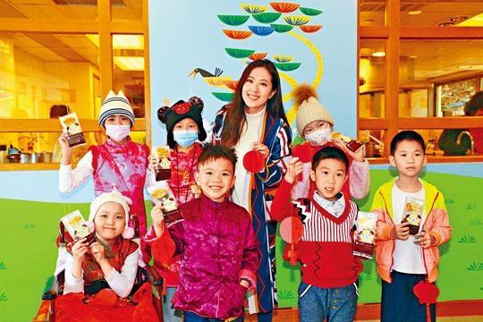 唐詩詠探訪病童,一起食團年飯。