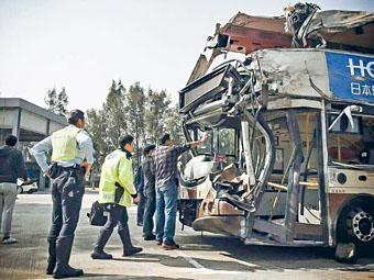 ■周六一輛九巴釀成十九死意外,警方登車蒐證。