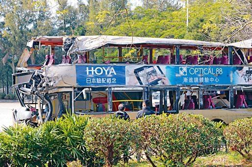 ■政府多個部門人員昨午替肇事巴士進行驗車。