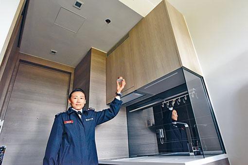 ■助理消防區長羅嘉欣,在一開放式廚房展示已安裝消防花灑頭。