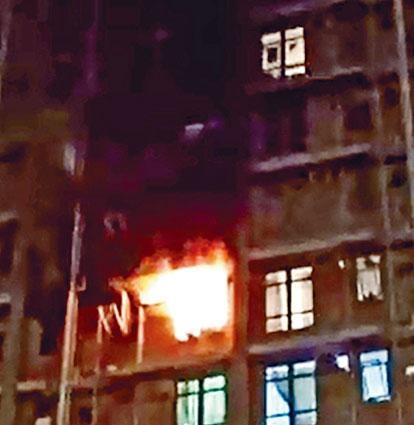 ■起火單位陷入火海中,火舌從窗口噴出。