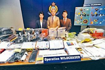 ■網絡安全及科技罪案調查科(科技罪案組)警司莫俊傑(中)講述破案經過及展示證物。