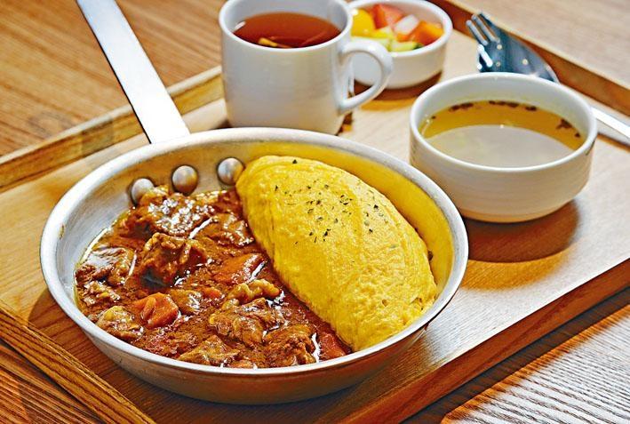 日式咖喱牛肉蛋包飯以日本直送咖喱粉煮成醬汁,加入美國牛肉、甘筍及洋葱等燜煮數小時,香濃惹味,建議拌勻番茄飯同吃。